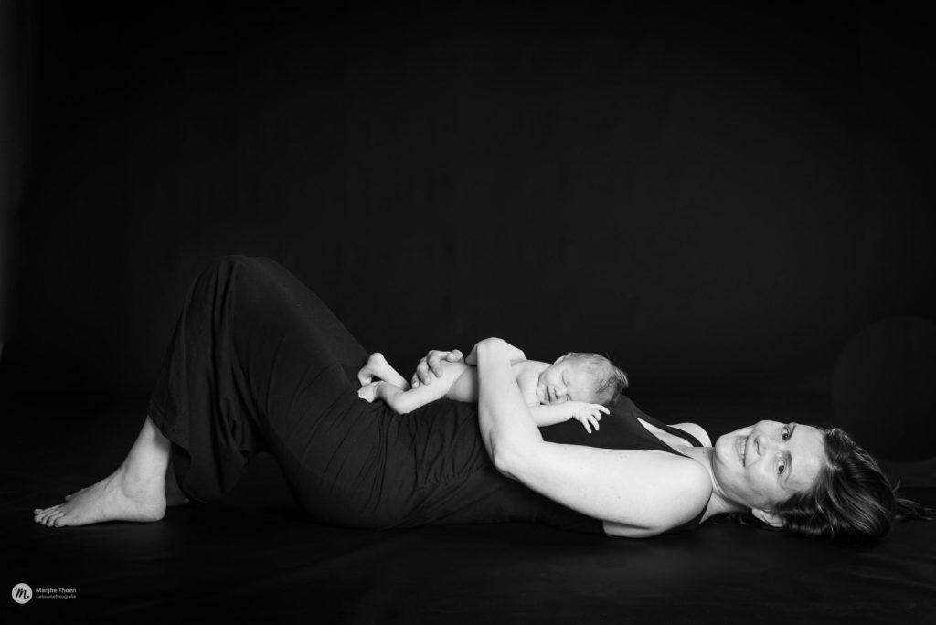 newbornfotografie, newborn reportage, puur, sober, natuurlijke foto's neobron